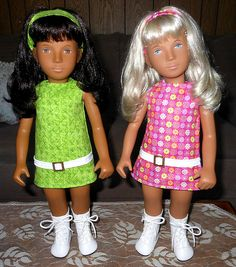 Retro look Sasha in drop waist disco print dresses with matching headbands
