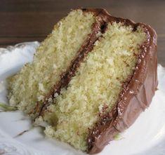 Esta es una receta para hacer un bizcocho para tartas muy sencilla, que queda genial con cualquier relleno y cobertura, ya sea chocolate, cremas pasteleras, merengues o cualquier otra crema delici