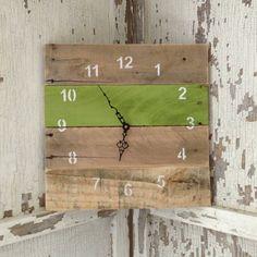 IMG 8137 Reclaimed Pallet Clocks in pallet home decor with wood Reclaimed Pallets Reclaimed Wood Projects, Diy Pallet Projects, Woodworking Projects, Pallet Clock, Pallet Crates, Pallet Wood, Recycled Pallets, 1001 Pallets, Palette Deco