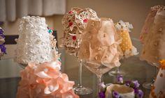 taças de cristal foram transformadas com cúpulas de tecido bordado