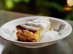 Slektskapet til «verdens beste kake», kvæfjordkaka, er her påtagelig.  Utfordringen med denne kaka går på anretningen, nærmere bestemt oppskjæringen. For å få gode stykker må du ha skarp kniv, skjære lett, men bestemt – og ikke la deg friste til å sprette kaka før den har fått hvilt seg godt etter oppholdet i ovnen. Minst en halvtime bør den stå og hvile seg. Er du glutenallergiker kan du prøve å sløyfe mel helt – eller bruke maisenna for å få kaka til å henge sammen.Kilde: Adresseavisen