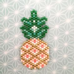 J'ai craqué sur l'ananas de @rose_moustache ✨#perlezmoidamour #motifrosemoustache #jenfiledesperlesetjassume #brickstitch #perlesaddict #perles #tissageperles