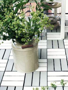 PLATTA trall för balkong eller altan har målats i vit och grå utomhusfärg.