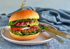Koldhævede boller - nem opskrift på boller til morgenmad - madenimitliv.dk Salmon Burgers, Hamburger, Ethnic Recipes, Food, Hamburgers, Burgers, Meals