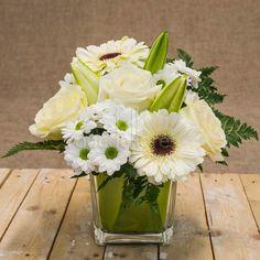 Mira esta imagen de quedeflores.com Este arreglo floral blanco está lleno de… Flower Decorations, Table Decorations, Flower Crafts, Holidays And Events, Flower Vases, Margarita, Table Runners, Floral Arrangements, Party Time