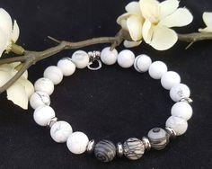Bracelet mala/ howlite mat/ black silk stone / billes acier inoxydable/  Bracelet élastique / Bracelet yoga/  Bracelet Boho / Bracelet femme de la boutique CreationL sur Etsy