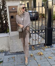 60 Fashion, Over 50 Womens Fashion, Fashion Over 50, Fashion Week, Autumn Fashion, Fashion Design, Fashion Trends, Classy Outfits, Chic Outfits