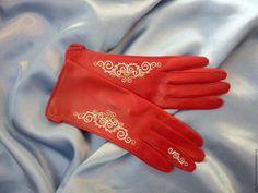 Купить или заказать Перчатки красные с ручной вышивкой в интернет магазине на Ярмарке Мастеров. С доставкой по России и СНГ. Срок изготовления: 7 дней. Материалы: натуральная кожа, серебряная вышивка. Размер: любой