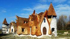 Un vis din copilărie a devenit realitate pentru Răzvan Vasile! Castelul din povești este azi unul adevărat, de care speră să se bucure fiul său, alături de familie și prieteni. Nu a fost ușor să-l ridice, dar determinarea pe care a avut-o l-a ajutat să ducă la bun sfârșit un proiect care pentru mulț