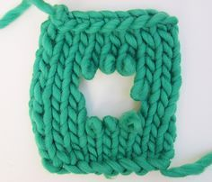 How to fix holes on your knitted garment - réparer les trous tricot Loom Knitting, Knitting Stitches, Knitting Patterns, Diy Crochet, Crochet Hooks, Knit Art, Fibre And Fabric, Crochet Needles, Knit Dishcloth