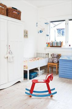 ℱυŋƙιѕɧυѕ ℱყℓℓɬ αν ℱყŋɖ: Milo och Mischa delar rum. Det stora skåpet som används som garderob är ett Australienminne som Mari målat vitt. Misha sover i en gammal växasäng. I den stora blåa kistan förvaras leksaker.