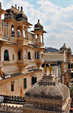 Het flamboyante City Palace in Udaipur. Kijk voor meer reisinspiratie op www.nativetravel.nl