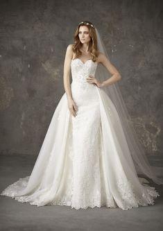 faf7e7ea42 Nesga esküvői ruha az idei Pronovias Privée kollekcióból Esküvői Ruhák,  Báli Ruhák, Tábla,