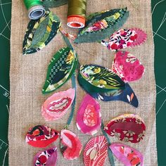 Lots of fun in today's workshop, swipe for everyone's pictures before stitching! Thanks to everyone for an amazing two… Flower Embroidery Designs, Applique Designs, Quilting Designs, Applique Quilts, Embroidery Applique, Vintage Embroidery, Fabric Flower Tutorial, Fabric Flowers, Felt Fabric