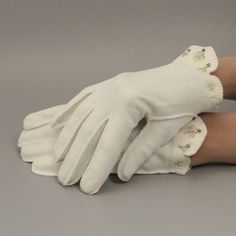 Off White Vintage Gloves w  Beading Scalloped Sz 7 Wrist Length.