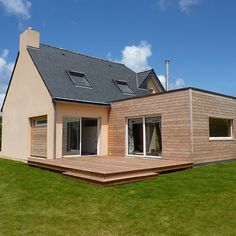 Plumergat Wood Extension 30 contemporary wood extension with roof terrace and interior fixtures, Bungalow Extensions, House Extensions, Dormer House, Small Bungalow, Bungalow Renovation, Roof Extension, Backyard House, Wood Pergola, Pergola Designs
