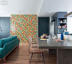 No jantar, painel de azulejos de Alexandre Mancini, cadeiras da A Lot Of, garrafa e bowl da Scandinavia Designs