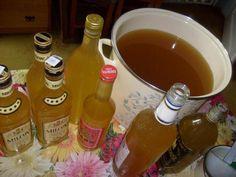 – 5 kg mere – 5 litri apa calda – 500 grame miere de albine – 50 grame drojdie proaspata Se zdrobesc(taie marunt,rad,etc) merele, cu tot cu cotor,doar stricaciunea se inlatu…