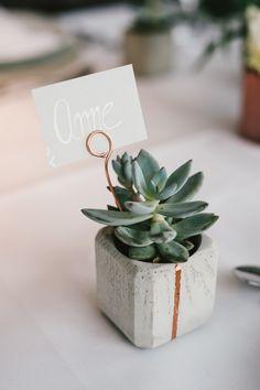 Teelichhalter oder Blumentopf aus Beton mit Kupfer Veredelung - als Giveaway Hochzeitsgeschenk für die Gäste (hier als Namensschild mit Pflanze)