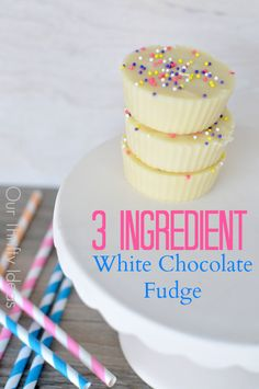 Such an easy fudge recipe. This white chocolate fudge only takes 3 ingredients. Such an easy fudge recipe. This white chocolate fudge only takes 3 ingredients. Fudge Recipes, Candy Recipes, Sweet Recipes, Dessert Recipes, Top Recipes, Just Desserts, Delicious Desserts, Yummy Food, Party Desserts