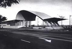 Verbeelding van de snelheid in de mooie betonnen schaaldak constructie voor de entree van Dubulti station in het Letse Jūrmala. Een ontwerp uit 1977 van de Russische architect Igor Yavein.