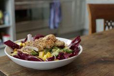 Dieser Vorspeise kann man einfach nicht widerstehen: Die bewährte Kombi aus Hähnchen und Salat wird mit Avocado- und Mangoakzenten perfektioniert.
