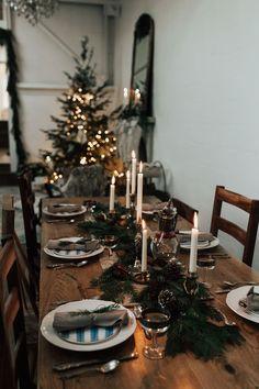 Christmas Mood, Noel Christmas, Simple Christmas, Minimal Christmas, Christmas Table Settings, Christmas Decorations, Holiday Decor, Box Noel, Navidad Simple