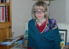 T-shirt rossa di cotone con bordino di pizzo sul collo Terranova, maglia stampata a fiori Exe, cardigan Liu Jo... la foto è di qualche mese fa quando avevo fatto i riflessi biondi...