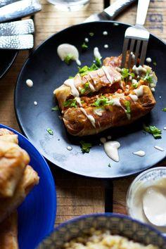 Sprøde forårsruller med et lækkert fyld af søde kartofler og røde linser, serveret med en cremet tahindressing. Et velsmagende og mættende måltid, der endda også er nemt og hurtigt, at tilberede. …
