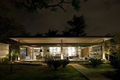 Designed by Ana Paula Barros and located in Brazil, Loft Bauhaus is an example of modern architecture in its purest form, if such a thing exists. Casa Farnsworth, Bauhaus Art, Bauhaus Design, Contemporary Architecture, Interior Architecture, Interior Design, House Design Pictures, Indoor Outdoor Living, Modern Design