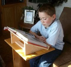 Free Book Stand Plans - How to Build Book Stands Diy Book Holder, Book Holder Stand, Book Stands, Diy Book Stand, Wooden Book Stand, Wooden Books, Wooden Diy, Diy Wood Projects, Wood Crafts
