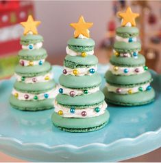 A macaron Christmas Tree by ! So love that bakers getting creative with macarons! Macaroons Christmas, Christmas Deserts, Little Christmas Trees, Christmas Baking, Christmas Gifts, Christmas Cakes, Holiday, Cute Desserts, Delicious Desserts