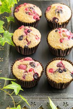 owoców. Formę do muffinów wyłóż papilotkami i każdą napełnij do około 3/4 wysokości. Na wierzchu poukładaj pozostałe