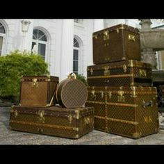 How I wish I was a gypsy traveler and carried around crystals, hippie jewelry, scarves, unicorn fairy dust, feather earrings and some of my favorite things in these Louis Vuitton Trunks. Louis Vuitton Vintage, Louis Vuitton Paris, Louis Vuitton Trunk, Louis Vuitton Handbags, Lv Handbags, Louis Vuitton Luggage Set, Lv Luggage, Travel Luggage, Luggage Packing