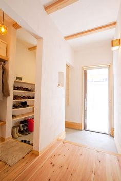 open shoe storage hidden by wall Small Apartment Interior, Interior Design Living Room, Japanese Style House, Japanese Interior, House Entrance, Home And Living, Interior Architecture, Home Furniture, House Design