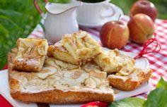 Riktig god och saftig mazarinkaka med äppelfyllning, bakad i långpanna.