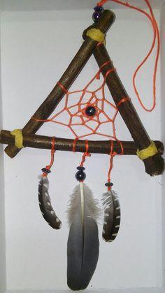 Energia trigonal - confeccionado com galhos de árvore, e penas de pica-pau (colhidas sem sofrimento animal ❤) #energy #dreamcatcher #tree #filtrodossonhos #filtrodesonhos #orange #woodpecker #triangle