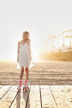 #SMpinspiration   Bride + roller skates + Santa Monica Pier = such a  fun photo!