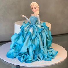 Frozen Doll Cake, Bolo Frozen, Frozen Theme Cake, Elsa Doll Cake, Elsa Birthday Cake, Pretty Birthday Cakes, Baby Birthday Cakes, Princess Birthday Cakes, Princess Theme Cake