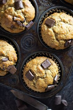 My kids and I LOVE these fluffy chocolate chunk banana muffins. Delicious Desserts, Dessert Recipes, Yummy Food, Nutella, Brownies, Muffin Tin Recipes, Banana Chocolate Chip Muffins, Lunch Box Recipes, Yummy Cupcakes