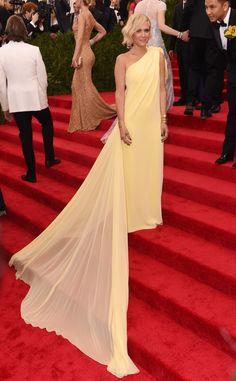 Kristen Wiig attends the 2015 Met Gala