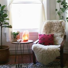 Salt lamps not only create a calming feeling in your home, they're great destressors and mood stimulators. These are my 5 favorite salt lamps! Home Design, Pink Salt Lamp, Home Interior, Interior Design, Lampe Decoration, Himalayan Salt Lamp, Room Lamp, My Living Room, My New Room