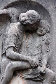 Engel mit Kind auf einem Grabstein Nordfriedhof München  By wpt1967