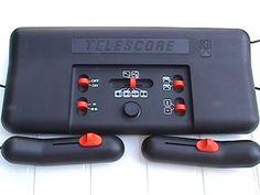 """Avec l'émergence forte du jeu vidéo dans les années 70, presque tous les constructeurs le regard plein de dollars se mirent à faire leur console en propre ou en """"marque-blanche"""". Seb (oui, de """"Seb,c'est bien"""") ne fit pas exception en sortant en 1977 son Telescore 750 (et 752 avec des accessoires en plus). Dotée de six jeux disponibles via des combinaisons de sélecteurs, elle ne fit pas date dans ce monde, mais reste un objet de collection amusant."""