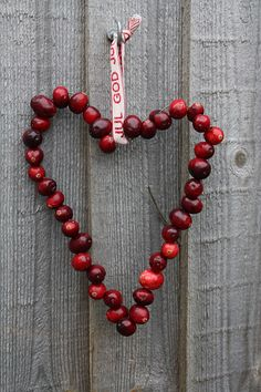 I made this inexpensive and easy heart out of fresh cranberries and a bit of wire  God Jul