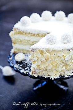 Tort Raffaello - looks yummy Sweet Recipes, Cake Recipes, Dessert Recipes, Food Cakes, Cupcake Cakes, Kolaci I Torte, Torte Cake, Almond Cakes, Sweet Cakes