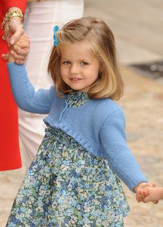 Infanta Leonor of Spain.born Madrid 30 Oct elder daughter of Prince Felipe and Princess Letizia Future Queen of Spain xo Princess Letizia, Princess Sofia, Little Princess, Queen Letizia, Toddler Fashion, Kids Fashion, Happy Birthday Princess, Spanish Royalty, Knitted Baby Cardigan