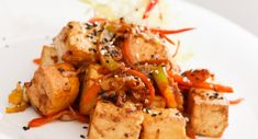 Uzené tofu na cibulce Chicken Wings, Pork, Veggies, Cooking, Ethnic Recipes, Sweet, Per Diem, Workout Meals, Carrot