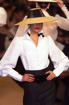Yves Saint Laurent runway outfit, at Couture Fashion Week, Spring 2001 Couture Fashion, Runway Fashion, Womens Fashion, Trendy Outfits, Fashion Outfits, Fashion Tips, Fashion Design, Look Casual, Casual Chic