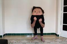 Secret Friends é um curioso projeto da fotógrafa espanhola Ana Hell, em que ela desenha bocas e olhos nas costas de seus modelos, para desconstruir personagens, criando situações estranhas e divertidas.